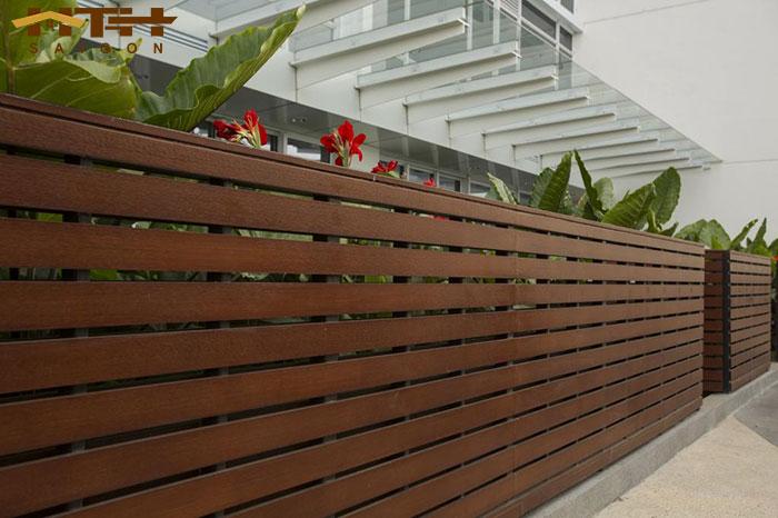 hàng rào gỗ ngoài trời